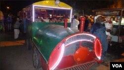 کراچی: بچوں کی تفریح کیلئے چھوٹی ٹرین اور رنگ برنگی قمقموں والی گاڑیاں بھی علاقے میں موجود ہیں