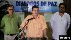 """2013年8月23日哈瓦那 - 哥倫比亞革命武裝力量談判代表巴勃羅•卡塔通博宣讀文件(中),武裝力量""""首席談判代表馬爾克斯(右), 談判代表特列斯(左)"""