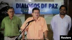 """2013年8月23日哈瓦那 - 哥伦比亚革命武装力量谈判代表巴勃罗·卡塔通博宣读文件(中),武装力量""""首席谈判代表马尔克斯(右), 谈判代表特列斯(左)"""