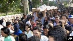 Manifestantes antigubernamentales en Siria participan de los funerales de las víctimas en Dir el Zour.