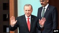 رجب طیب اردوغان، رئیس جمهور ترکیه، در حالی بیش از ۱۸ هزار کارمند آن کشور را با استفاده از حالت اضطراری برکنار کرد که در جریان مبارزات انتخاباتی اش تعهد بر پایان حالت اضطرار کرده بود