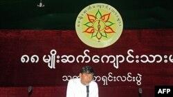 Ông Min Ko Naing, trưởng nhóm Sinh viên Thế hệ 1988, mới được phóng thích, nói chuyện tại một cuộc họp báo ở Rangoon hôm 21/1/12