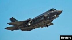 일본이 도입을 추진 중인 미국 록히드마틴 사의 F-35 전투기. 일본 정부는 2017년 국방예산안에 F-35 6대 구매에 필요한 9억4천만 달러를 포함시켰다. (자료사진)
