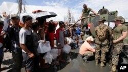 Marinir AS menyediakan air bersih kepada para korban topan Haiyan di kota Tacloban, Filipina tengah (21/11).