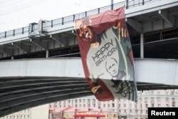Москва. На мосту вивісили поздоровлення Путіну