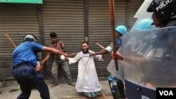 Polisi Bangladesh memukuli seorang aktivis partai Islam dalam demonstrasi rusuh di Kachpur, pinggiran ibukota Dhaka (10/7).