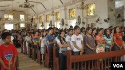 Những người sống sót sau bão Haiyan dự Thánh Lễ cầu nguyện cho sự an toàn của mình và tưởng nhớ hơn 3.000 người đã thiệt mạng.