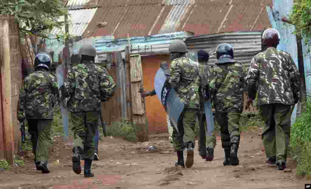 La police patrouille sur une rue lors de la manifestation à Kibera, le 23 mai 2016.