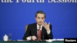 왕이 중국 외교부장이 8일 베이징에서 기자회견을 하고 있따.