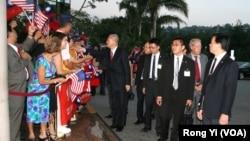 台湾副总统吴敦义受侨胞欢迎,旁右二为美国在台协会理事长薄瑞光