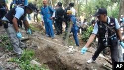 Cảnh sát đo kích thước ngôi mộ trong tỉnh Songkhla ở miền nam Thái Lan, ngày 2/5/2015.
