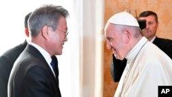 지난 10월 교황청을 방문한 문재인 한국 대통령이 프란치스코 교황과 인사를 나누고 있다.