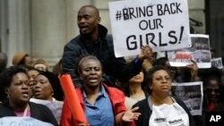 Người biểu tình phản đối vụ bắt cóc các bé gái ở Nigeria, gần Cao ủy Nigeria ở London, 9/5/2014.