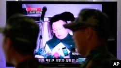 한국 서울역사에 설치된 TV 앞에서 김정일 국방위원장의 러시아 방문 소식을 시청하는 군인들