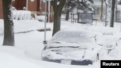 Tumpukan salju menutupi kendaraan di Iowa (20/12/2012). Badai salju diperkirakan akan turun lagi di akhir minggu ini di bagian timur laut Amerika.