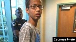 Ahmed Mohamed es escoltado por la policia al ser expulsado de la escuela por llevar un invento a su clase de Ingeniería.