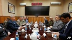 美國國防部長哈格爾(左)星期天在喀布爾會晤阿富汗國防部長穆罕默德(右二)