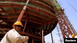 中国工程师在苏丹首都正在建筑的大楼前(2009年)