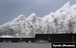 4일 일본 고치현 아키에서 태풍 '제비'의 영향으로 높은 파도가 치고 있다.