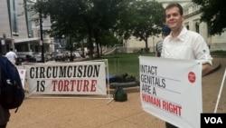 """Christopher Keyhaw dice que el procedimiento es """"una tortura"""" y """"una violación a los derechos humanos""""."""