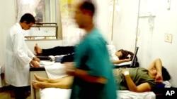 Doctores cubanos atienden pacientes en un hospital. El número de casos del cólera en Cuba aumentó sensiblemente.