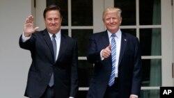 巴拿马总统瓦雷拉(左)与美国总统川普在白宫合影 (2017年6月19日)
