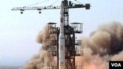 Peluncuran roket Korea Utara (foto dok.: tahun 2009). Korut akan meluncurkan satelit dengan menggunakan roket bulan depan.