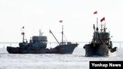 백령도 인근 해상에서 불법조업을 하다가 해경에 나포된 중국어선 2척이 12일 오후 인천시 중구 인천해양경비안전서 전용부두로 들어오고 있다.