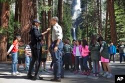"""ສະຕີໝາຍເລກໜຶ່ງ ທ່ານນາງ Michelle Obama ແລະ ປະທານາທິບໍດີ ທ່ານ Barack Obama ພົບປະກັບພວກເດັກນ້ອຍ ໃນລະຫວ່າງ ງານທີ່ເອີ້ນວ່າ """"ເດັກໝົດທຸກຄົນ ໃນສວນອຸດທະຍານແຫ່ງຊາດ"""" Yosemite, ຂອງລັດ ຄາລີຟໍເນຍ, ວັນທີ 18 ມິຖຸນາ 2016."""