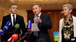 Từ trái: Đại sứ Nga ở Ukraine Mikhail Zurabov, cựu Tổng thống Ukraine Leonid Kuchma, và đặc phái viên của Tổ chức An ninh và Hợp tác châu Âu (OSCE) Heidi Tagliavini nói chuyện với phóng viên sau cuộc hòa đàm Ukraine ở Minsk, Belarus, 20/9/2014.