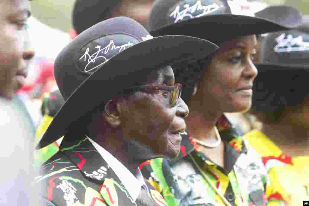 Le président zimbabwéen Robert Mugabe et sa femme Grace assistent à ses 93 ans d'anniversaire à Matopos, dans la banlieue de Bulawayo, 25 février 2017.