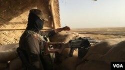 Un combattant peshmergs sur la ligne de front à l'est de Mossoul en Irak, le 6 juin 2016. (S. Behn / VOA)