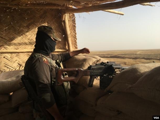A Peshmerga fighter on the frontline, east of Mosul, Iraq, June 6, 2016. (S. Behn / VOA)