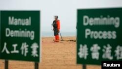 Binh sĩ thuộc đơn vị rà phá mìn làm nhiệm vụ tại Trung Quốc.