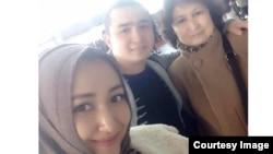 2016年初,澳籍维吾尔人阿力玛斯·尼扎木丁和母亲、妻子在乌鲁木齐机场。这张照片拍摄后不久,他的妻子就被中国当局逮捕
