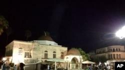 Orang-orang duduk di lapangan setelah gempa bumi di pulau Kos Yunani, 21 Juli 2017. Sebuah gempa kuat melanda pulau-pulau Yunani dan pantai Aegea di Turki, merusak bangunan dan pelabuhan dan membunuh setidaknya dua orang.