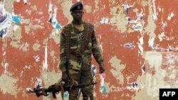 Soldado guineense numa rua de Bissau
