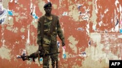 Um militar guardando o edifício da Assembleia Nacional em Bissau
