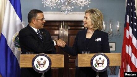 La secretaria de Estado Hillary Clinton da la mano al presidente de El Salvador, Mauricio Funes. El Salvador es uno de los beneficiados por la MCC.