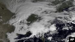 Големината на невремето: фотографијата на Националната управа за океански и атмосферски услови го покажува спојот на два климатски система над североисточниот дел на САД