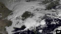 Gambar yang dirilis Dinas Cuaca Nasional Amerika ini menunjukkan badai musim dingin menyelimuti wilayah timur laut Amerika, 7 Februari 2013. Diperkirakan badai salju akan menghantam wilayah padat penduduk dari wilayah New York hingga Boston dan sekitarnya, 8 Februari 2013. (AP Photo/NOAA).