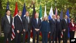 Menlu AS Hillary Clinton (tengah) menjadi tuan rumah KTT tingkat Menteri Luar Negeri negara-negara G8 di Washington DC (11/4).