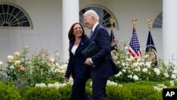 صدر بائیڈن اور نائب صدر کاملا ہیرس ماسک سے متعلق سی ڈی سی کی گائیڈ لائن کے متعلق اعلان کرنے آرہے ہیں۔ 13 مئی2021، فوٹو اے پی۔