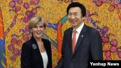 윤병세 한국 외교부 장관(오른쪽)이 21일 외교부에서 한국을 방문한 줄리 비숍 호주 외교장관과 악수하고 있다.