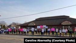Activistas antiaborto protestan afuera de una clínica de Planned Parenthood, pidiendo se eliminen los fondos federales para la organización en Evansville, Indiana. Foto de archivo.