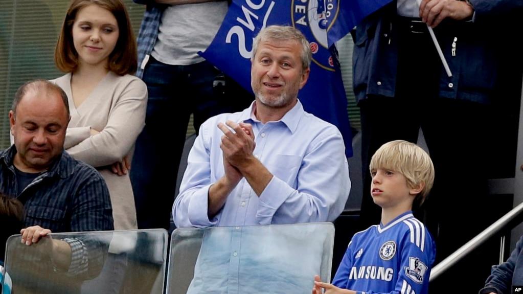 Tỉ phú Nga Roman Abramovich chủ đội bóng Chelsea vỗ tay khi đội bóng này đoạt Giải Bóng đá Ngoại hạng Anh (ảnh chụp ngày 24/5/2015)