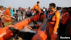 غواصان جعبه سیاه هواپیمای مسافربری اندونزی را پیدا کردند.