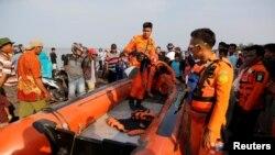 Para petugas SAR bersiap menuju lokasi jatuhnya pesawat Lion Air JT-610, di perairan Karawang, Jawa Barat, 29 Oktober 2018.