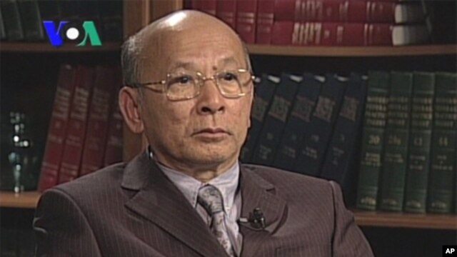 Lao Monghay is an independent analyst stopped by VOA Khmer, file photo.