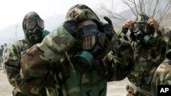 지난 4월 한국 의정부에서 미군 23화학대대 소속 군인들이 화생방 방호 훈련 시범을 보이고 있다.